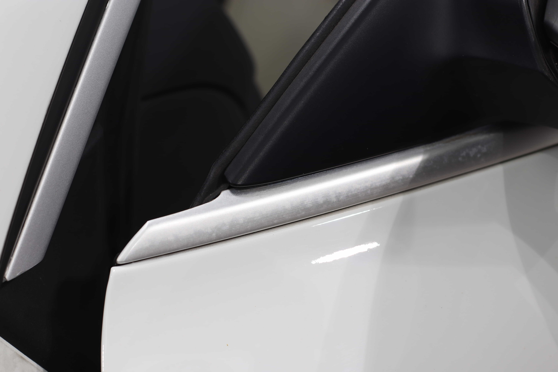欧州車のメッキモールにマットシルバーのラッピングを施工。